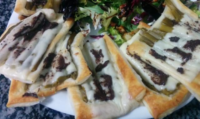 Tosta hojaldrada de espárragos trigueros con olivada